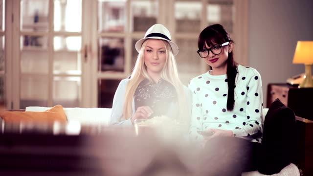 stockvideo's en b-roll-footage met young women watching tv together - zappen