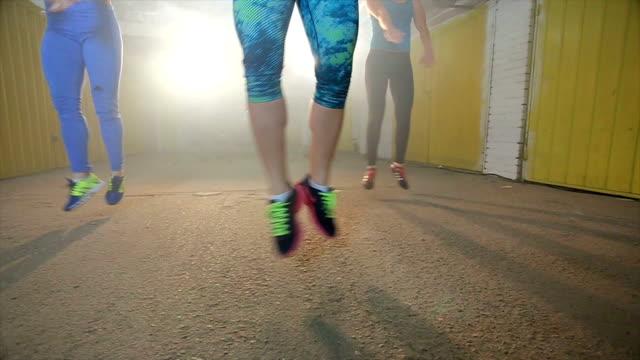 若い女性のワークアウトのためのジムでより臀筋 - アスレチック点の映像素材/bロール
