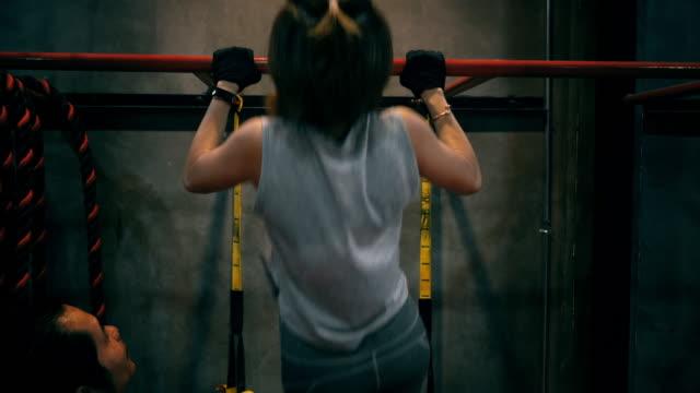 vídeos de stock, filmes e b-roll de treino de jovens mulheres no ginásio - braço humano