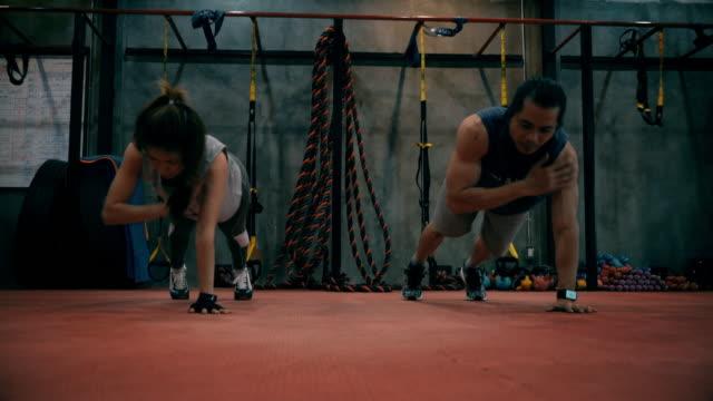 jd-training im fitnessraum mit personal trainer - menschliche gliedmaßen stock-videos und b-roll-filmmaterial