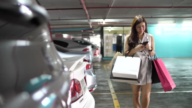 youngwoman get back to car after shopping - car park stock videos & royalty-free footage
