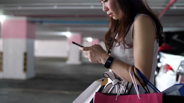 youngwoman umgehend mit dem auto nach dem einkauf - parking stock-videos und b-roll-filmmaterial