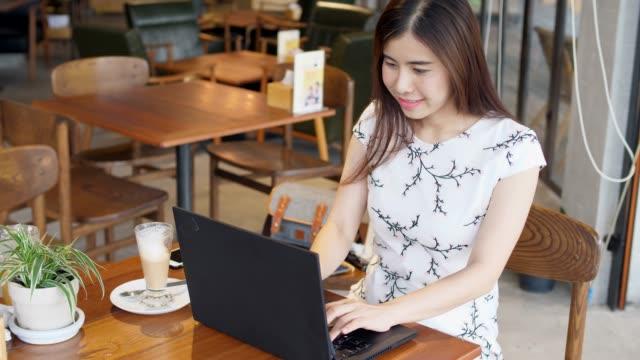 youngwoman använder labtop dator - fönsterrad bildbanksvideor och videomaterial från bakom kulisserna