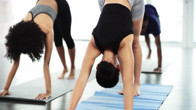 ihr körper und ihre seele werden es ihnen nach diesem training danken - pilates stock-videos und b-roll-filmmaterial