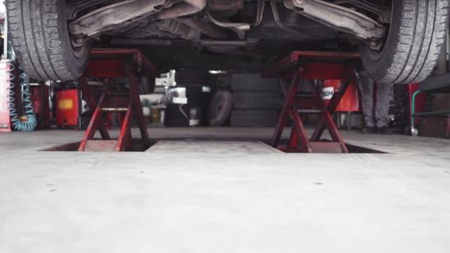 your car is fixed and ready to go! - laboratorio riparazioni video stock e b–roll
