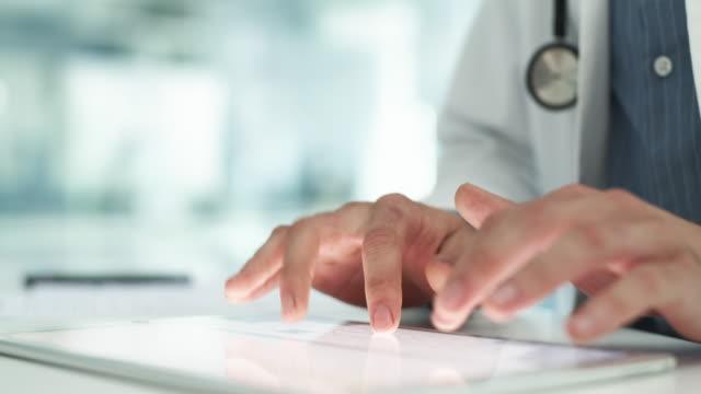 vídeos de stock e filmes b-roll de your doctor's advice is at the tips of his fingers - estetoscópio