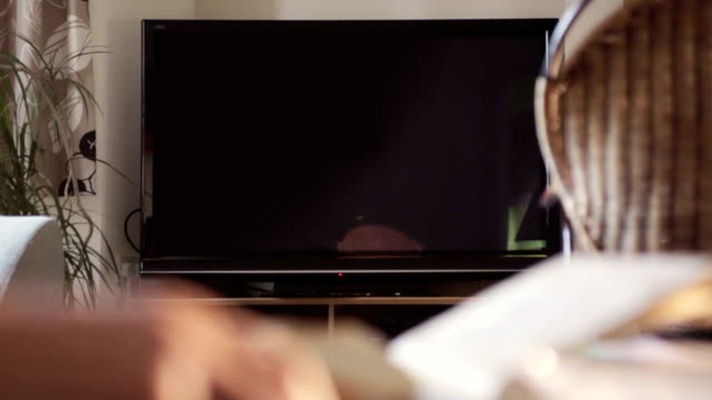 fernseher ihre nachricht, chroma eingegeben-id - wohngebäude innenansicht stock-videos und b-roll-filmmaterial