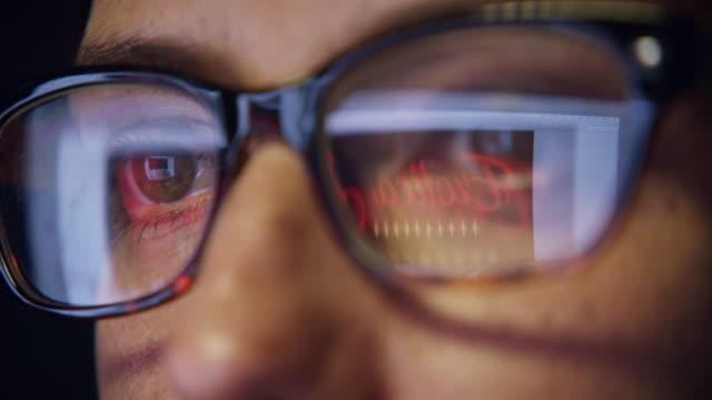 la tua mente si chiede sempre al buio - 4k resolution video stock e b–roll