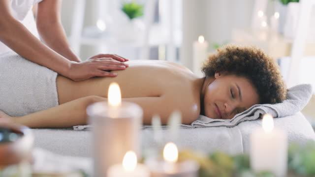 vidéos et rushes de votre style de vie surtravaillé mérite une séance de soin - spa