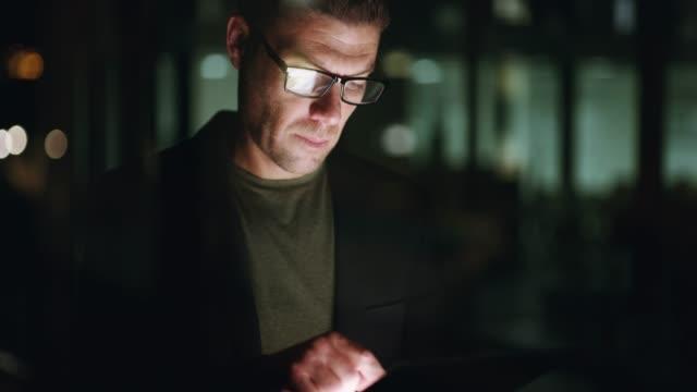 il tuo lavoro vale la pena, fai in modo che conti - occhiali da vista video stock e b–roll