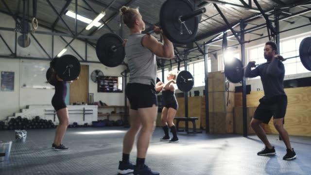 du bist genauso stark wie die person neben dir - bodybuilding stock-videos und b-roll-filmmaterial