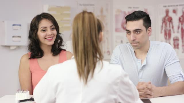 vídeos de stock, filmes e b-roll de você está grávida - consultório médico
