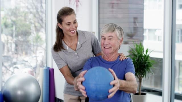 vídeos y material grabado en eventos de stock de ¡ nunca eres muy viejo! - fisioterapia deportiva
