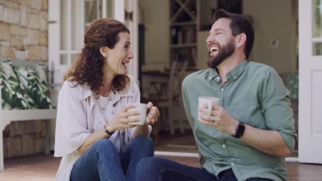 du bist der zucker zu meinem kaffee - patio stock-videos und b-roll-filmmaterial