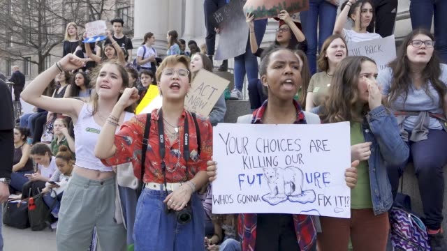 vidéos et rushes de youth climate strike: students of all ages rallied in downtown manhattan's city hall park and marched uptown to columbus circle where they rallied... - défiler