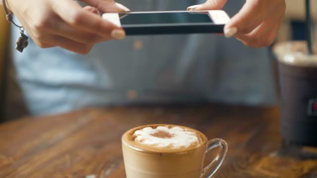 jugendkultur: mit smartphone und schnappte ihren kaffee - zuschnappen stock-videos und b-roll-filmmaterial