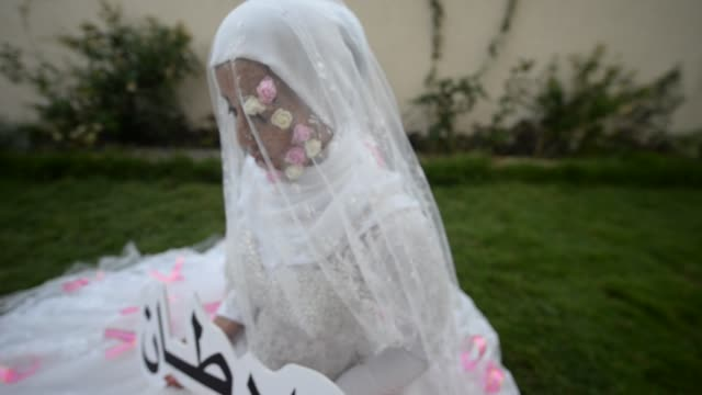 stockvideo's en b-roll-footage met a youth initiative from gaza strip campaigning for cancer patients gada bin said naherl aldreemly and artist mariam salah made a piece of art... - initiatief