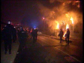vídeos y material grabado en eventos de stock de youth riots in leeds; england: west yorkshire: leeds: hyde park district: ext / night riot police along past burning jolly brewer pub as shouting and... - leeds