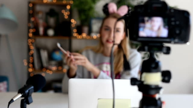 youtuber vlogs über neue app - generation z stock-videos und b-roll-filmmaterial