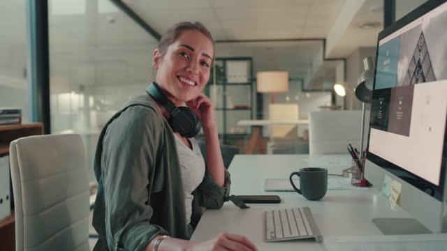 vídeos de stock e filmes b-roll de you've got to smile to be happy - aproximar imagem