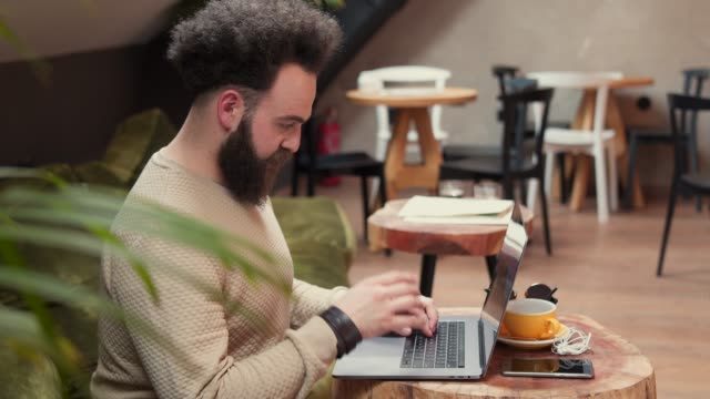 vídeos de stock e filmes b-roll de you've gotta work for success - masculinidade moderna