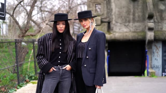 vídeos de stock, filmes e b-roll de yoyo cao wears a black hat a black top a black oversized jacket with thin glittering stripes grey jeans xenia adonts wears a black hat with a... - xenia van der woodsen