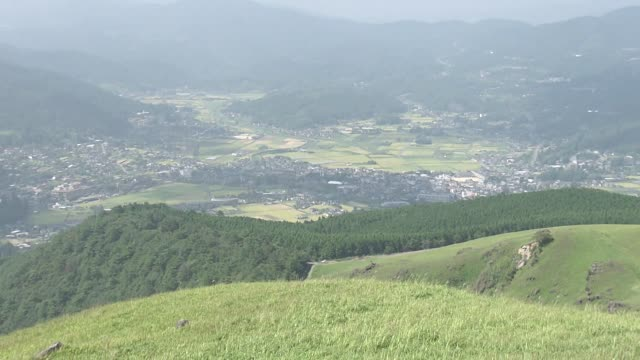 yufuin basin and grass field, oita, japan - oita city stock videos & royalty-free footage