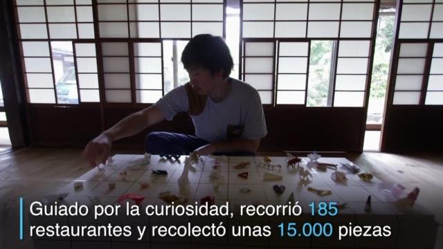 yuki tatsumi era camarero en una taberna japonesa y recibio una pieza de origami como propina - restaurante stock videos & royalty-free footage