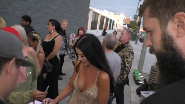 vidéos et rushes de yulia foxx signs autographs for fans outside the 4th annual babes in toyland event at academy la in hollywood on july 24 2019 at celebrity sightings... - autographe