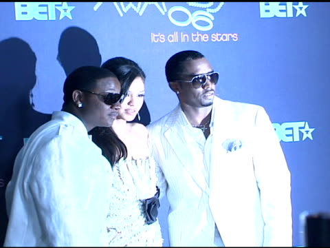 vídeos de stock e filmes b-roll de yung joc cassie and sean 'p diddy' combs at the 2006 bet awards press room at the shrine auditorium in los angeles california on june 27 2006 - sean combs