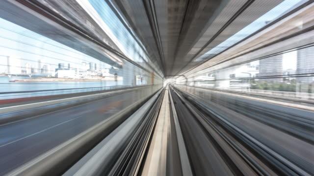 vídeos y material grabado en eventos de stock de ws pov yurikamome train riding through downtown tokyo at daytime / tokyo, japan - expansión urbana