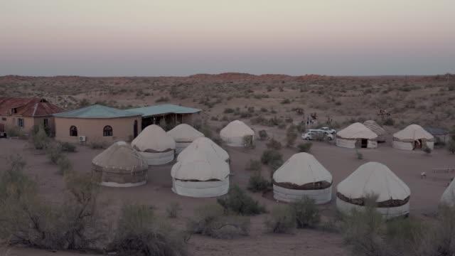jurte-camp in kysylkum wüste - gruppe von gegenständen stock-videos und b-roll-filmmaterial