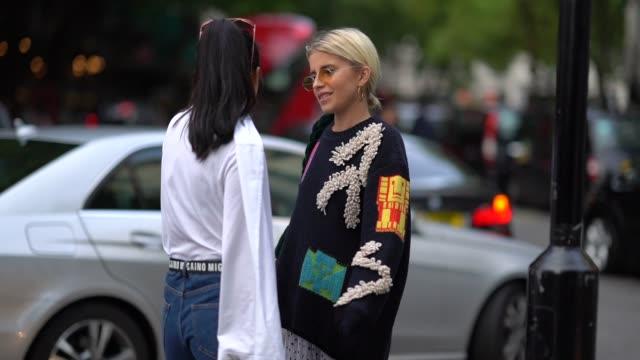 vidéos et rushes de yuwei zhangzou and caroline daur outside peter pilotto during london fashion week september 2017 on september 17 2017 in london england - semaine de la mode de londres