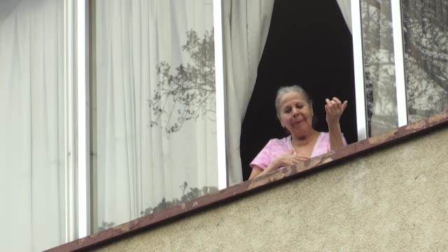 yvanno y leonela en la calle sonríen mientras obsequian su serenata - música stock videos & royalty-free footage