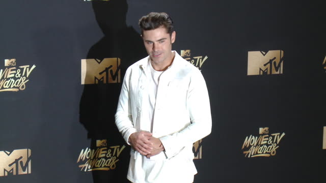 zac efron at the 2017 mtv movie tv awards red carpet arrivals on may 07 2017 in los angeles california - mtv点の映像素材/bロール