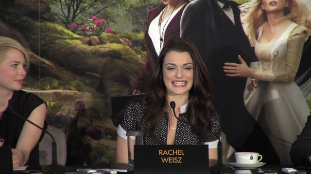 vídeos de stock, filmes e b-roll de zach braff michelle williams rachel weisz james franco mila kunis on working with sam raimi at 'oz the great and powerful' press conference at... - michelle williams