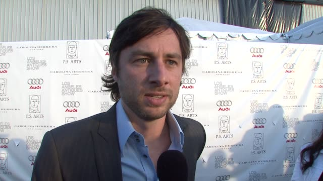 vídeos de stock, filmes e b-roll de zach braff on attending tonight's event on if he's a fan of antiques and on his reaction to miss california's answer to perez hilton's gay marriage... - rainha de beleza