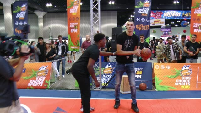 """vídeos de stock e filmes b-roll de zach lavine, jonathan at nickelodeon hosts basketball tryouts for kids' choice sports 2015 """"triple shot challenge"""" in los angeles, ca 6/27/15 - nickelodeon"""