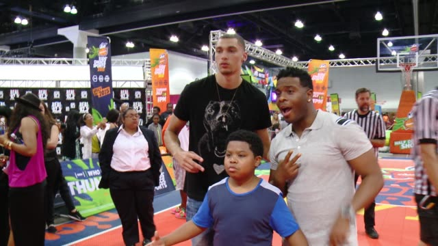 """vídeos de stock e filmes b-roll de zach lavine, kel mitchell, benjamin flores, jr. at nickelodeon hosts basketball tryouts for kids' choice sports 2015 """"triple shot challenge"""" in los... - nickelodeon"""
