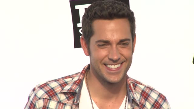 Zachary Levi at the 2011 VH1 Do Something Awards at Hollywood CA