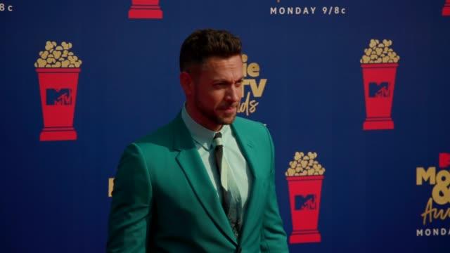stockvideo's en b-roll-footage met motion zachary levi at the 2019 mtv movie tv awards at barkar hangar on june 15 2019 in santa monica california - mtv