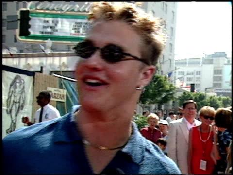vídeos y material grabado en eventos de stock de zachery ty bryan at the 'tarzan' premiere at the el capitan theatre in hollywood california on june 12 1999 - tarzán obra reconocida