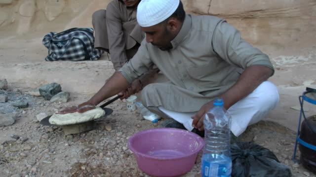 zalabia bedouin preparing traditional arabic bread in  wadi rum desert, jordan - etnia medio orientale video stock e b–roll