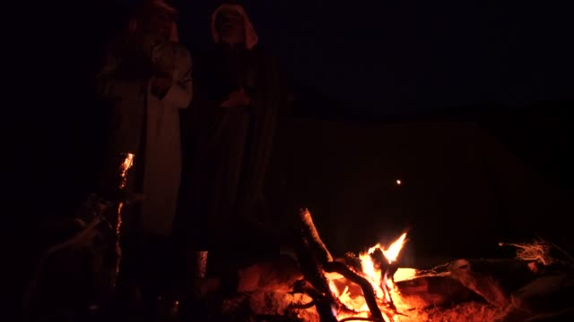 zalabia bedouin telling stories and singing local folklore songs around a campfire in the wadi rum desert (sound included) - storytelling stock videos & royalty-free footage