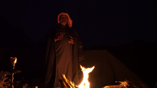 zalabia bedouin telling stories and singing local folklore songs around a campfire in the wadi rum desert - erzählen stock-videos und b-roll-filmmaterial