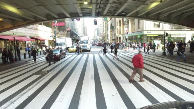 zebra crossing - zona pedonale strada transitabile video stock e b–roll