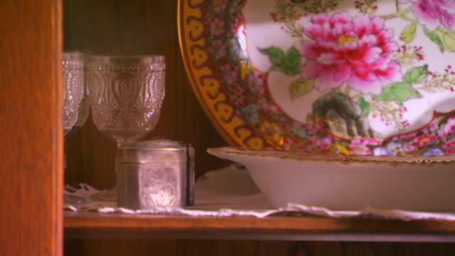 vidéos et rushes de zeeland, michiganitems in a china cabinet/antiques - placard