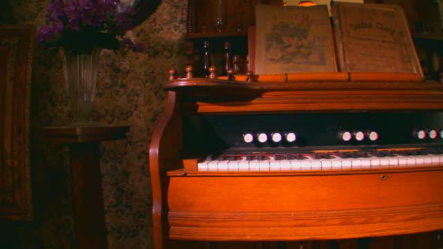 stockvideo's en b-roll-footage met zeeland, michiganold antique organ - victoriaanse stijl