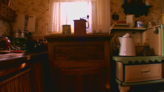 vídeos de stock e filmes b-roll de zeeland, michiganvictorian / historical kitchen - chaleira de chá