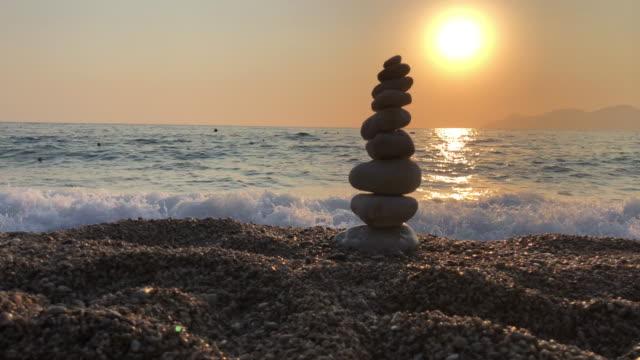 vídeos de stock e filmes b-roll de zen balancing pebbles, harmony and balance - balançar